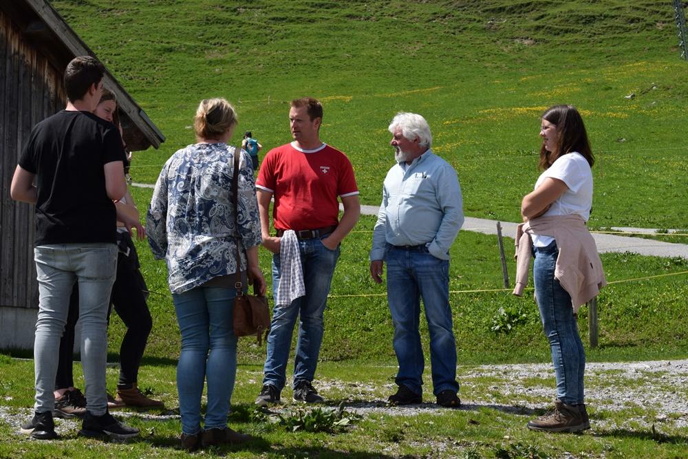 BDG Jungzüchter, Horst Krafft und Marianne Wille mit Peter Böni auf seiner Alm